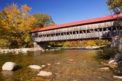 Überdachte Brücke, Fluss und Herbstlaub, schneller Fluss, NH, USA Stockfoto
