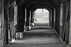 Überdachte Brücke mit Streifen des Nachmittags-Sonnenlichts Lizenzfreie Stockbilder