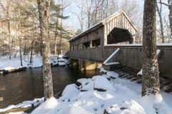 Überdachte Brücke nach Schnee Stockfotos