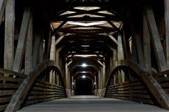 Überdachte Brücke nachts lizenzfreie stockfotografie