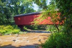 Überdachte Brücke und Strom Stockfoto
