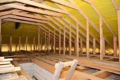 Überdachung den Bau Innen Hölzerne Dachbalken, Holzrahmen, Dachsparren, Binder, Haus-Dachboden-Bau lizenzfreies stockbild