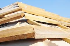 Überdachung der Bauhausdachspitze mit Holzbalken, Dachsparren, Binder, Bauholz Schließen Sie oben auf Hausdeckungsbau mit stockbilder