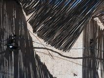 Überdachung des dünnen Stocks, von der Überdachung fällt Schatten, des modernen Tendenzfotos der Dekoration von der Wand Lizenzfreie Stockfotos