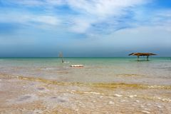 Überdachung im Wasser des Toten Meers lizenzfreie stockfotos