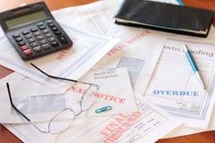 Überfällige unbezahlte Rechnungen auf Tabelle mit Rechner stockfotos
