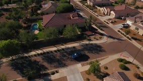 Überführungs-Einspieler-verlässt typische Arizona-Nachbarschaft als Fahrzeug Fahrstraße stock footage