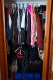 Überfüllter kleiner Kleiderschrank Stockbild
