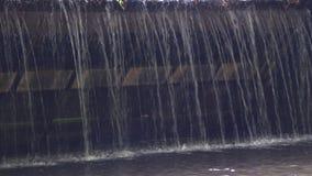 Überfahrten von einem kleinen Fluss, unter einer Brücke stock footage