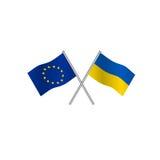 Überfahrtflaggen von Europa-Verband und von Ukraine, Kandidat zum Eintritt in EU Concpt von Zusammenarbeit zwischen den zwei Länd Stockbilder