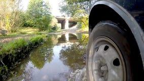 Überfahrtstrom auf einem Auto stock video