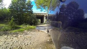 Überfahrtstrom auf einem Auto stock footage