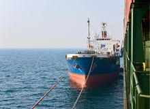 Überfallbunker Tanker Ostrov Russkiy auf den Containerschiff Hyundai-Firmen Primorsky Krai Ost (Japan-) Meer 19 04 2014 Stockfoto
