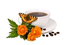 Überfallen Sie mit Kaffee und Blumen auf weißem Hintergrund Stockbild