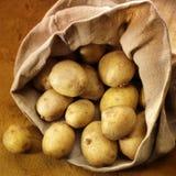 Überfließender Beutel von potatos lizenzfreie stockbilder