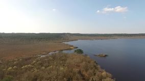Überflug von einem See stock video