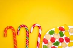 Überfluss an den Süßigkeiten und an der Gelatine auf einem gelben Hintergrund Lizenzfreies Stockfoto