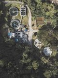 Überfluss gehabte Fabrik mitten in dem Wald lizenzfreie stockbilder