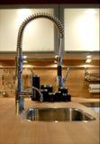 Überflusshahn und Küchewanne in der Auslegungküche Stockfotos
