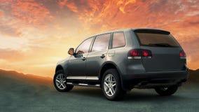 Übergang SUV im Abhang mit Sonnenuntergang im Hintergrund Stockfoto