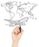 Übergeben Sie abgehobenem Betrag ein Konzeptbild über Weltkarte und ein Flugzeug Stockfoto