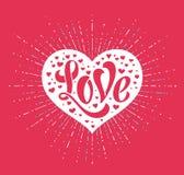 Übergeben Sie Beschriftung Liebe im weißen Herzen auf einem roten Hintergrund für Grußkarte Handgemachte Kalligraphie Auch im cor Lizenzfreie Stockfotos
