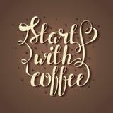 Übergeben Sie Beschriftungsillustration des abgehobenen Betrages mit Kaffeebohnen und zitieren Sie Anfang mit Kaffee vektor abbildung
