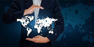 Übergeben Sie blauen Ton des Geschäftsmann Weltkarte-Logistiktransport-Produktes mit dem Flugzeug Lizenzfreie Stockbilder