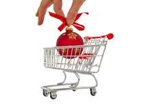 Übergeben Sie das Addieren der Weihnachtsdekoration in einen Warenkorb Lizenzfreie Stockbilder
