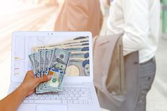 übergeben Sie das Halten der amerikanischen Dollarwährung mit japanischen Währungsyen Stockbild