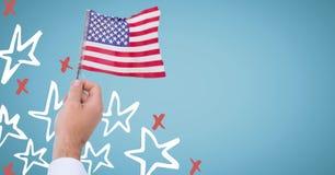 Übergeben Sie das Halten der amerikanischer Flagge gegen blauen Hintergrund mit Hand gezeichneter Sternchen-Vereinbarung Stockbilder