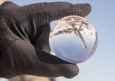 Übergeben Sie das Halten der Glaskugel mit Leuchttürmen, Duluth, Minnesota Stockbilder
