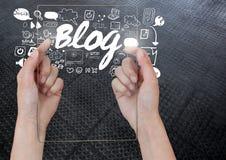 Übergeben Sie das Halten der Glastablette mit Blogtext mit Zeichnungsgraphiken Stockfoto