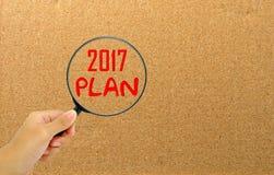 Übergeben Sie das Halten der Lupe mit neuem Jahr des Planes der Wörter 2017 Lizenzfreie Stockfotos