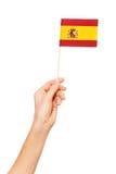 Übergeben Sie das Halten der Staatsflagge von Spanien durch Pfosten Lizenzfreies Stockbild