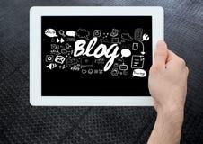 Übergeben Sie das Halten der Tablette mit Blogtext mit Zeichnungsgraphiken Stockfotografie