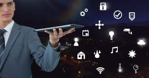 Übergeben Sie das Halten der Tablette mit Ikonenschnittstelle des Internets von Sachen Lizenzfreies Stockbild