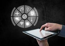 Übergeben Sie das Halten der Tablette mit Ikonenschnittstelle des Internets von Sachen Stockbilder