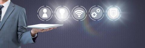 Übergeben Sie das Halten der Tablette mit Ikonenschnittstelle des Internets von Sachen Lizenzfreie Stockbilder