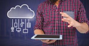 Übergeben Sie das Halten der Tablette mit Wolkenikone und das Hängen von Verbindungsgeräten Lizenzfreie Stockfotografie