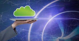 Übergeben Sie das Halten der Tablette mit Wolkenikone und Technologiehintergrund Stockbilder
