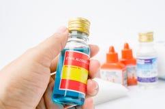 Übergeben Sie das Halten des Äthylalkohols mit Antiseptikum in der Ausrüstung der ersten Hilfe Stockfotografie