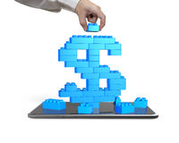 Übergeben Sie das Halten des blauen Blockes komplettes Dollarzeichen mit Smartphone Lizenzfreie Stockfotos