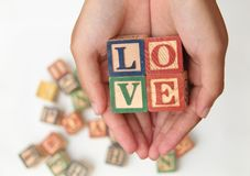Übergeben Sie das Halten des Buchstaben, der das Wort ` Liebe ` bildet, VERSION 2 Lizenzfreie Stockfotos