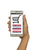 Übergeben Sie das Halten des intelligenten Mobiltelefons mit beweglichem Einkaufskonzept Lizenzfreie Stockfotografie