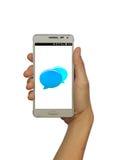 Übergeben Sie das Halten des intelligenten Mobiltelefons mit lokalisiertem weißem Hintergrund des Chats Blase Lizenzfreie Stockfotografie