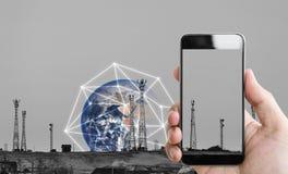 Übergeben Sie das Halten des intelligenten Mobiltelefons, und Telekommunikation ragt mit Verbindung des globalen Netzwerks hoch E lizenzfreie stockbilder