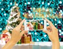 """Übergeben Sie das Halten des intelligenten Telefons für nehmen Foto """"2018† für Weihnachten Lizenzfreie Stockfotos"""