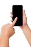 Übergeben Sie das Halten des intelligenten Telefons mit dem mit Berührungseingabe Bildschirm, das auf Weiß lokalisiert wird lizenzfreie stockfotos