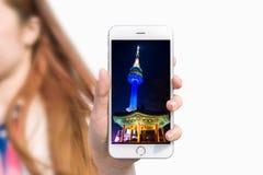 Übergeben Sie das Halten des intelligenten Telefons mit Foto von Seoul-Turm Stockbild